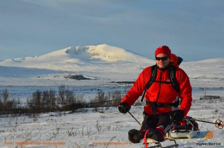 Geir Arne tester ut slede bak sitskien på Dovrefjell i januar. Foto; Tatjana Breda-Gulbrandsen/Funkibator